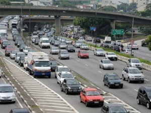 size 590 transito 300x225 - São Paulo é a 2ª cidade mais cara para se ter um carro