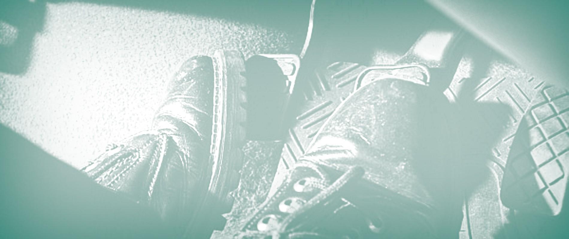 alvi4 S‹o Paulo 19/02/09 - JORNAL DO CARRO - VICIOS AO DIRIGIR - Vicios ao dirigir. Na foto pŽs no freio e na embreagem. FOTO ANDRE LESSA/AE.